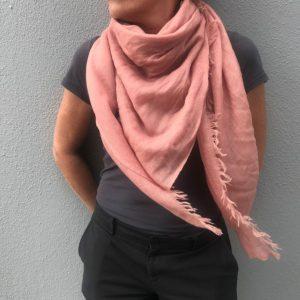Firkantet sjal. lyserød
