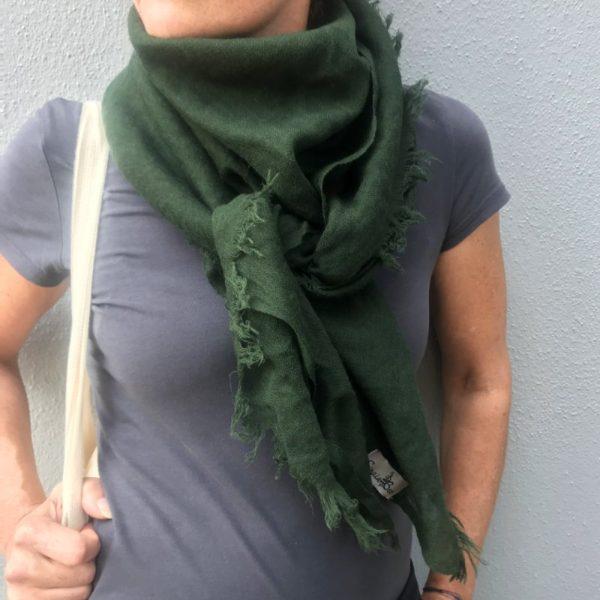 Firkantet sjal. mørkegrøn